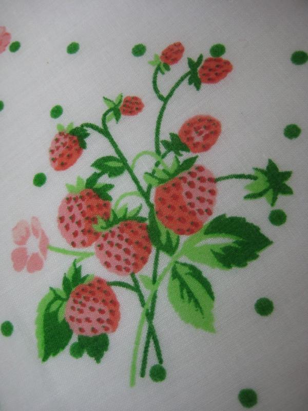 Nappe Motif Bois : table > Nappe > Nappe fraise des bois tergal 65% polyester 35% coton